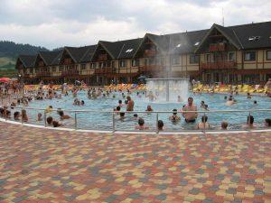 Nově vybudovaný teplý čirý bazén